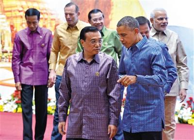11月12日,李克强与奥巴马在东亚峰会期间交谈。